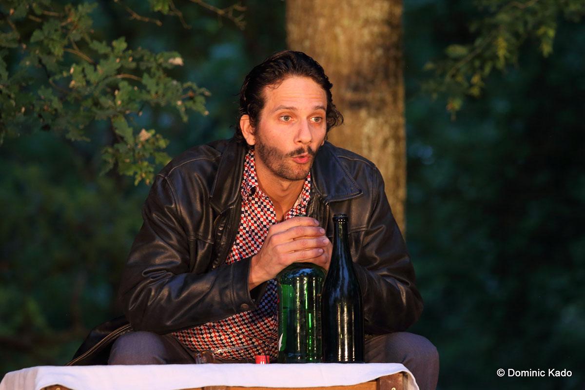 un-comedien-devant-une-bouteille-dalcool-je-vous-parle-de-jerusalem