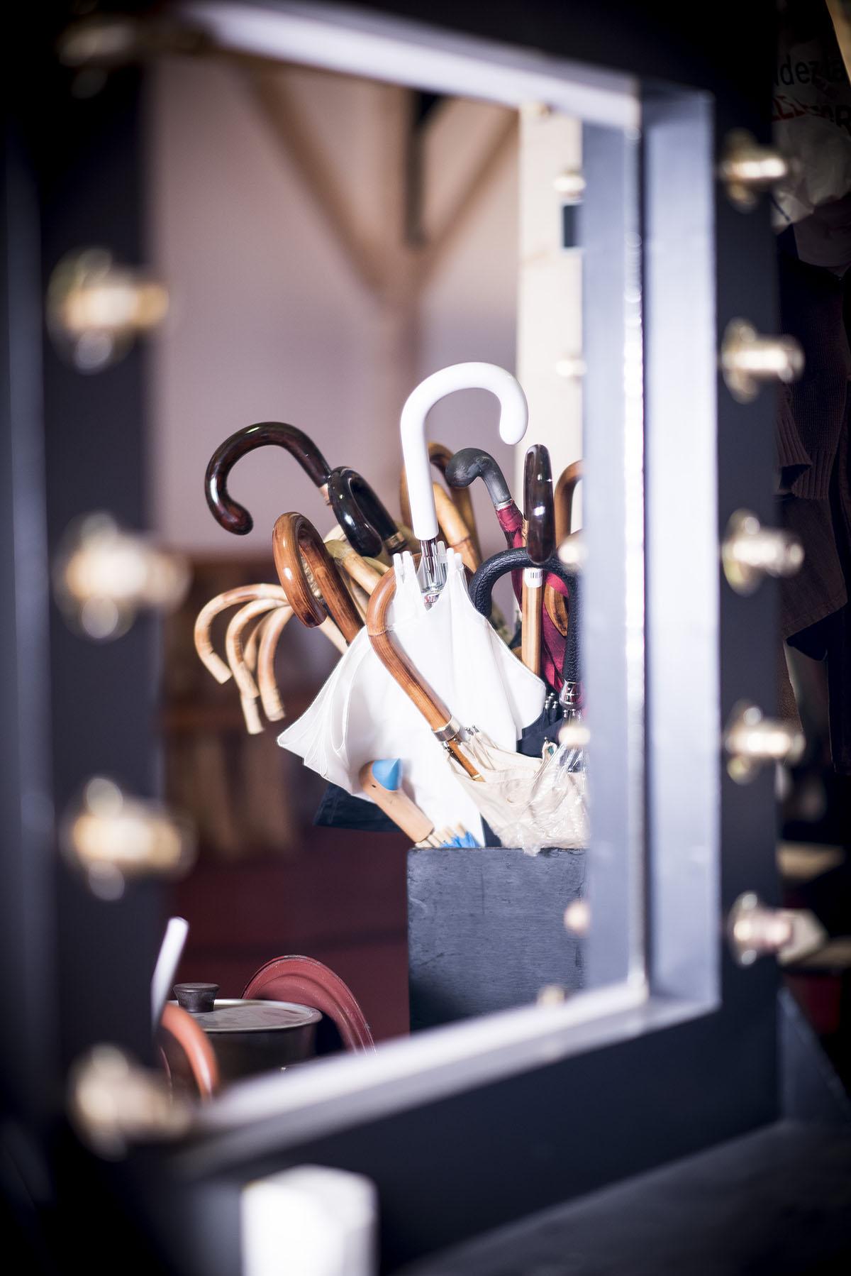 bouquet-de-parapluies-accesoires-de-theatre-miroir-comédiens-theatre-regional-des-pays-de-la-loire