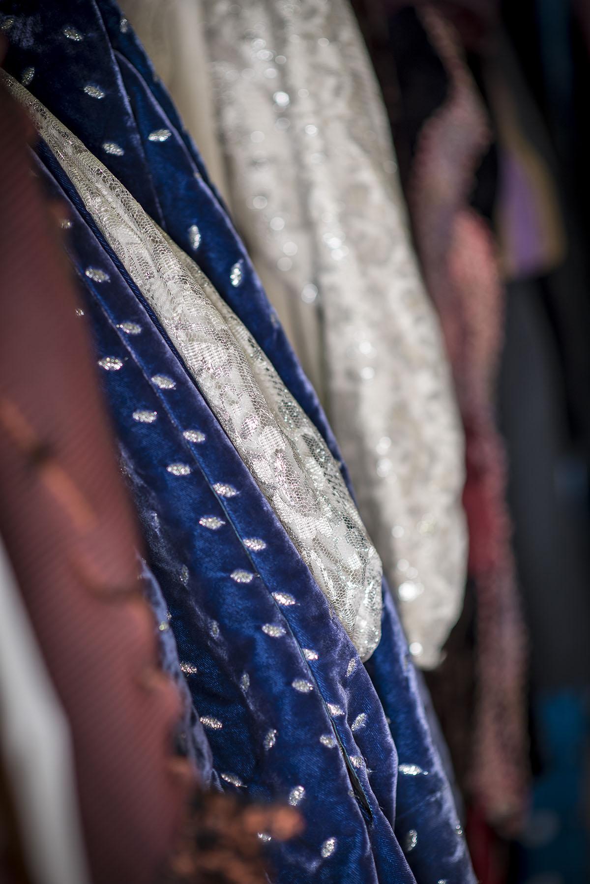 vue-en-detail-stock-de-costumes-theatre-regional-des-pays-de-la-loire