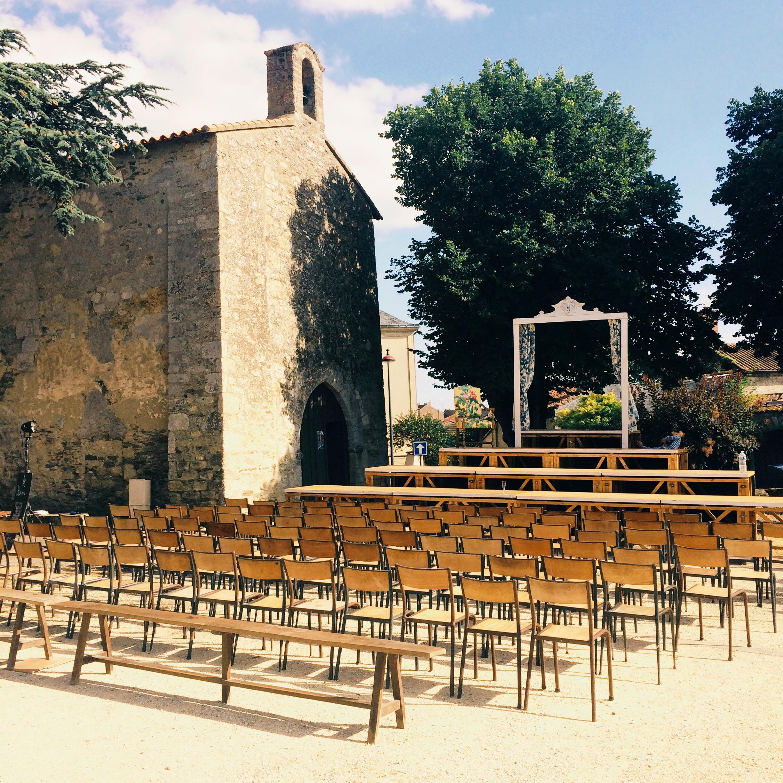 les-chaises-et-bancs-installées-près-de-l'église-pour-la-tournée-des-villages