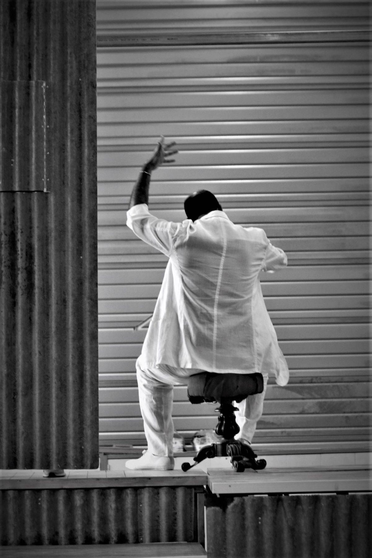 photo de répétition, le chef d'orchestre assi de dos